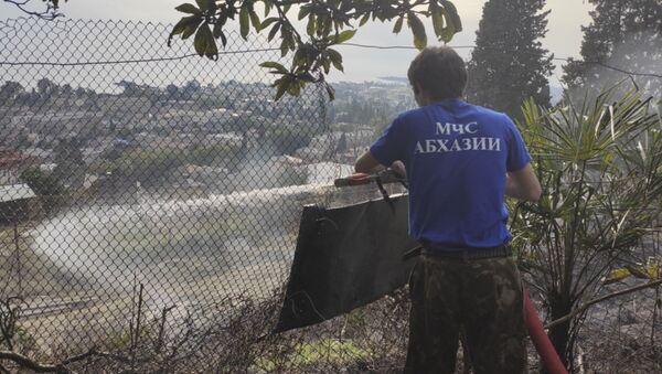 Тушение лесного пожара на Сухумском фуникулере - Sputnik Абхазия