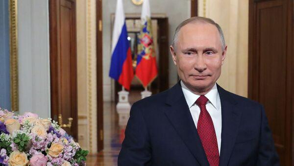 Президент РФ В. Путин поздравил российских женщин с 8 Марта - Sputnik Абхазия