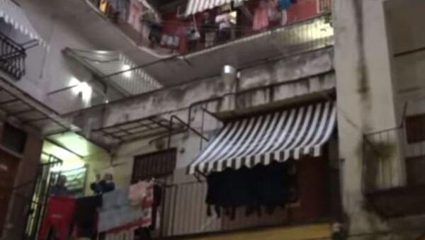 Жители Неаполя, закрытые на карантин, поют песни с балконов - Sputnik Абхазия