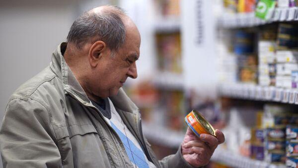 Покупатель в магазине Ашан выбирает консервы - Sputnik Абхазия