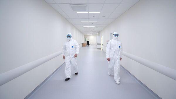Сотрудники медицинского стационара на территории больничного комплекса в Коммунарке - Sputnik Абхазия