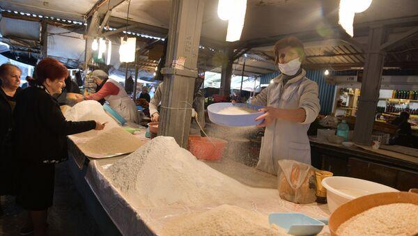 Сухумский рынок перед закрытием на карантин  - Sputnik Аҧсны