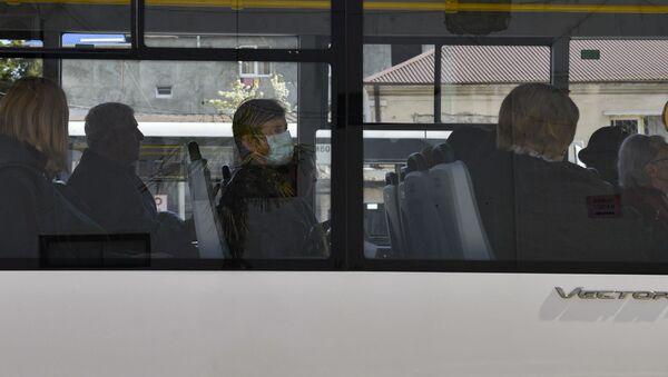 Женщина в маске в общественном транспорте  - Sputnik Аҧсны