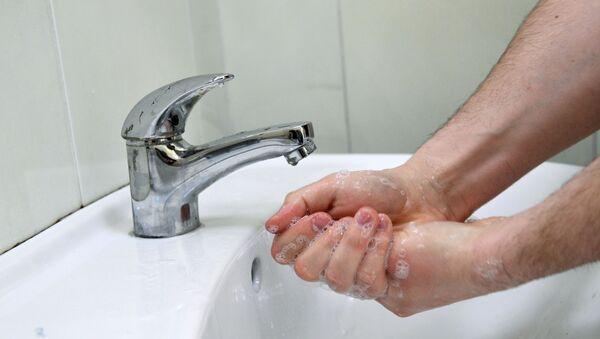 Человек моет руки. - Sputnik Аҧсны