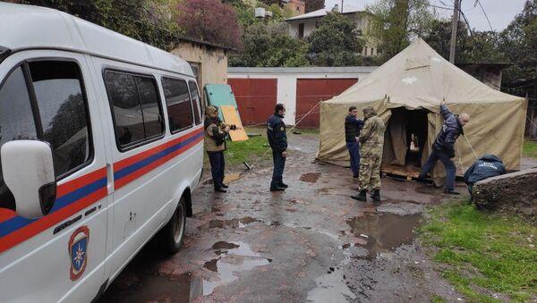 Работники МЧС разворачивают палатку  - Sputnik Аҧсны