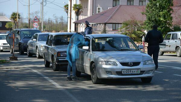 Мачарский пост. Медработник замеряет температуру у водителя  - Sputnik Абхазия