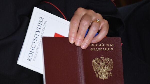 Церемония вручения российского паспорта Джулиану Генри Лоуэнфельду - Sputnik Аҧсны