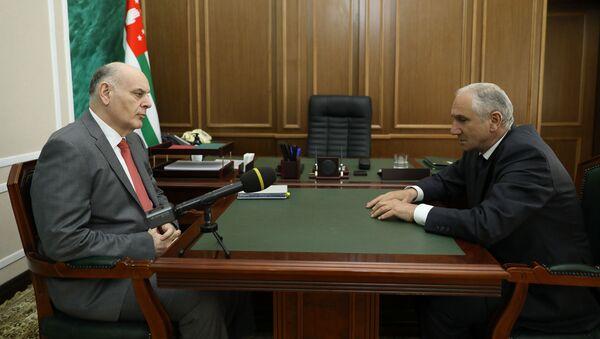 Президент Республики Абхазия Аслан Бжания провёл встречу с Премьер-министром страны Валерием Бганба - Sputnik Аҧсны