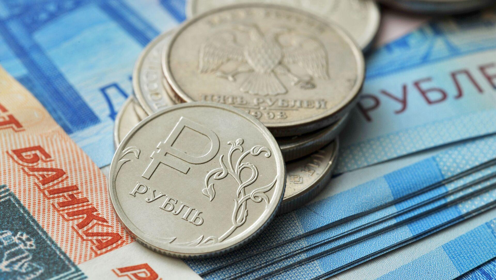 Монета номиналом 1 рубль и банкноты номиналом 2000 рублей и 5000 рублей. - Sputnik Аҧсны, 1920, 24.09.2021