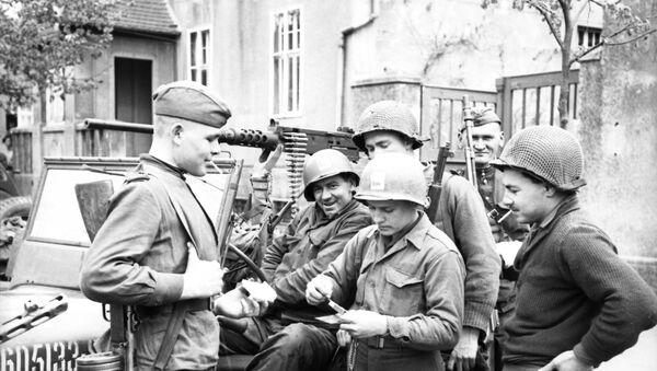 Германия, Торгау. Встреча на Эльбе советских и американских солдат в апреле 1945 года. - Sputnik Абхазия