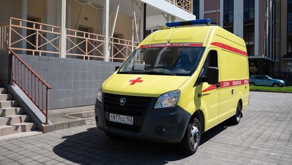 Автомобиль скорой помощи во дворе инфекционной больницы №2 города Сочи.  - Sputnik Абхазия