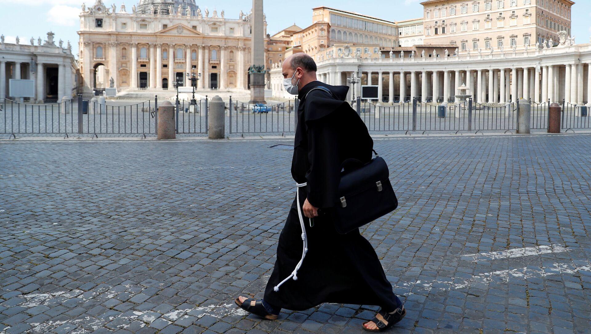 Монах на опустевшей площади Святого Петра, Ватикан - Sputnik Абхазия, 1920, 13.09.2021