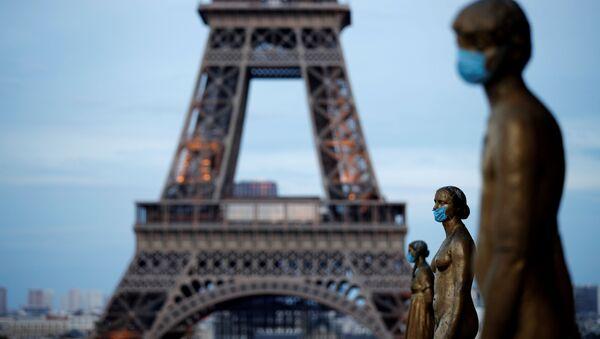 Золотые статуи в масках возле Эйфелевой башни в Париже, Франция - Sputnik Абхазия