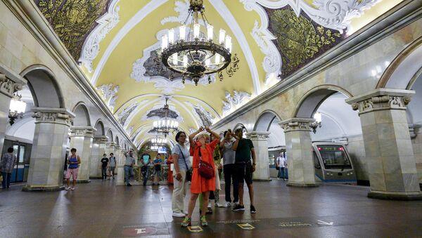 Туристы на станции Комсомольская кольцевой линии Московского метрополитена - Sputnik Абхазия