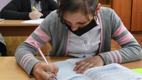 Ученики в защитных масках на уроке - Sputnik Абхазия