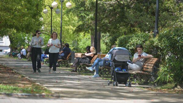 Люди отдыхающие в одном из парков города - Sputnik Абхазия