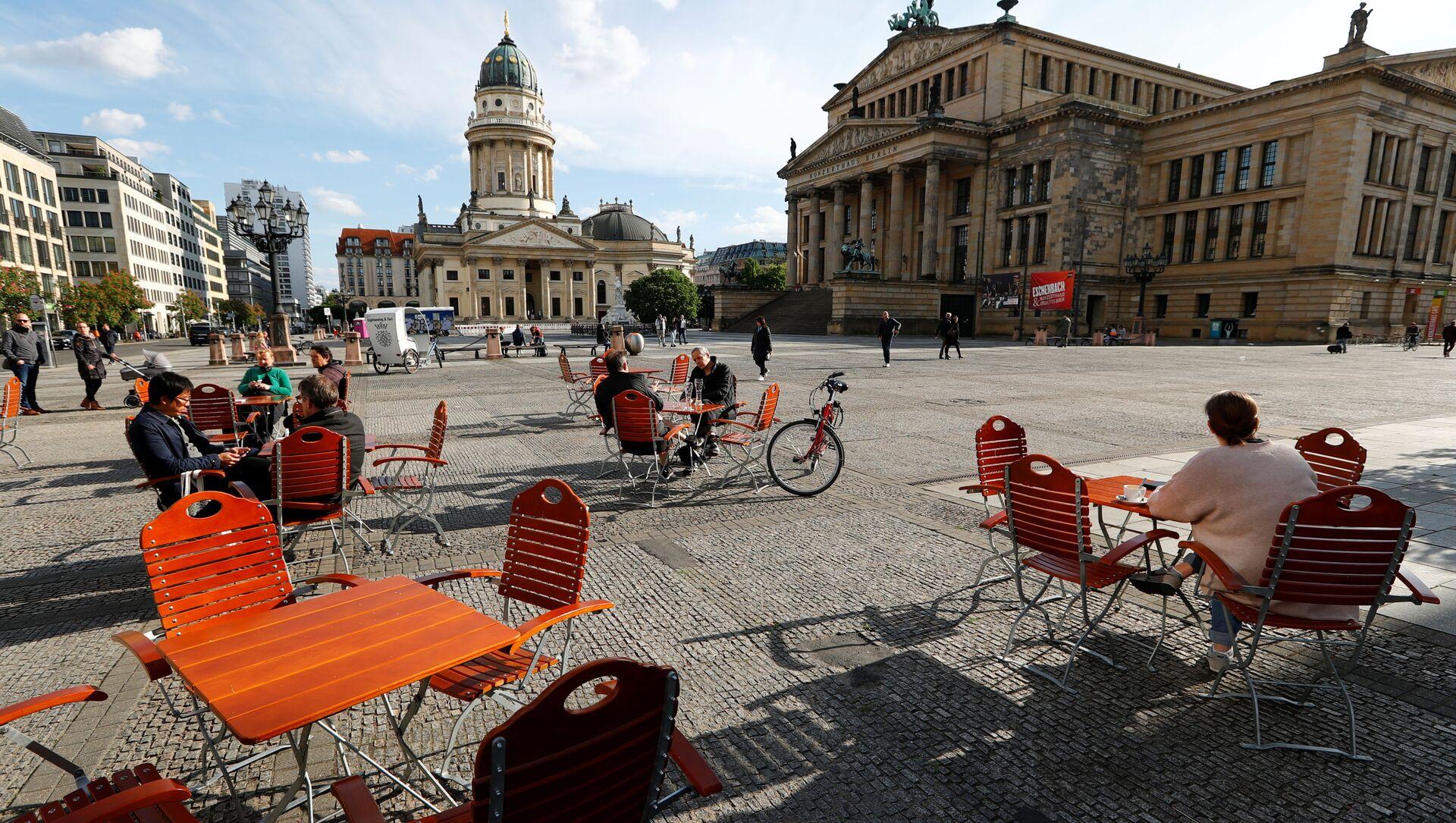 Люди наслаждаются погодой в кафе на площади Жандарменмаркт в Берлине, соблюдая принцип социальной дистанции - Sputnik Аҧсны, 1920, 16.02.2021