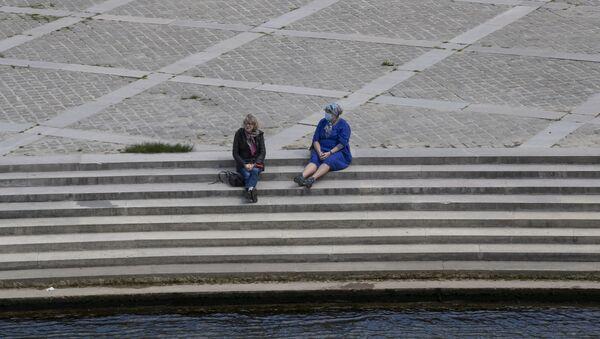 Женщины на набережной Сены в Париже - Sputnik Абхазия