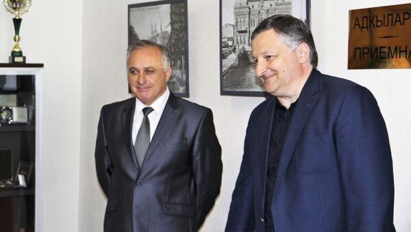 И. о. главы Администрации г. Сухум Беслан Эшба представил коллективу нового заместителя главы Автандила Сурманидзе - Sputnik Аҧсны
