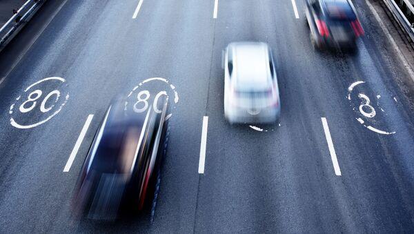 Автомобили едут по участку Третьего транспортного кольца в Москве с ограничением скорости 80 км/ч. - Sputnik Абхазия