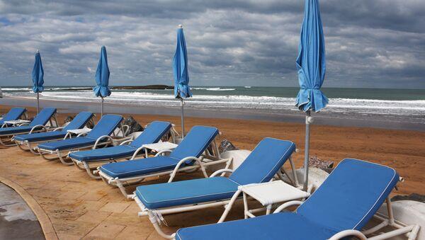 Шезлонги на территории отеля L'Amphitrite palace beach resort в Рабате. - Sputnik Абхазия