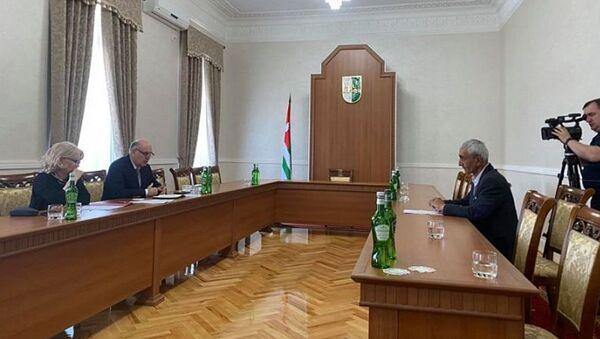 Президент Абхазии Аслан Бжания провел прием граждан по личным вопросам - Sputnik Абхазия