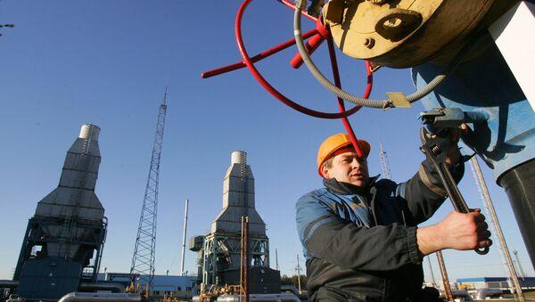 Белорусский рабочий дежурит на газокомпрессорной станции газопровода Ямал-Европа около города Несвиж, примерно в 130 км к юго-западу от Минска, 29 декабря 2006 года. Беларусь направила сегодня в Москву высокопоставленного чиновника по энергетическим вопросам, чтобы присоединиться к переговорам по разрядке ряда. из-за российского импорта природного газа, который угрожает нарушить поставки энергоносителей в Европейский союз с понедельника. - Sputnik Абхазия