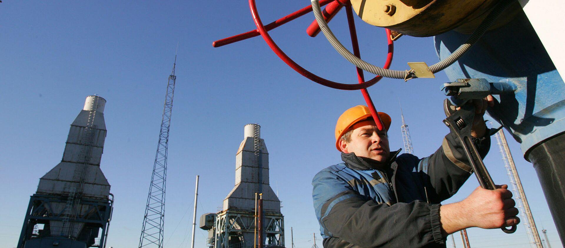 Белорусский рабочий дежурит на газокомпрессорной станции газопровода Ямал-Европа около города Несвиж, примерно в 130 км к юго-западу от Минска, 29 декабря 2006 года. Беларусь направила сегодня в Москву высокопоставленного чиновника по энергетическим вопросам, чтобы присоединиться к переговорам по разрядке ряда. из-за российского импорта природного газа, который угрожает нарушить поставки энергоносителей в Европейский союз с понедельника. - Sputnik Абхазия, 1920, 11.06.2020