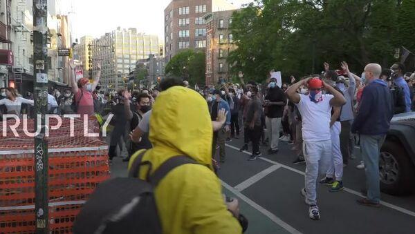 США: «мирный протест» Нью-Йорка разворачивается в вандализме и грабежах - Sputnik Аҧсны