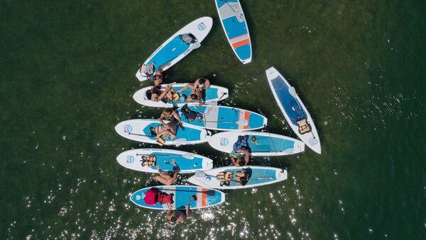 Молодые люди на каяках на озере Леди Берд в Остине, Техас - Sputnik Абхазия