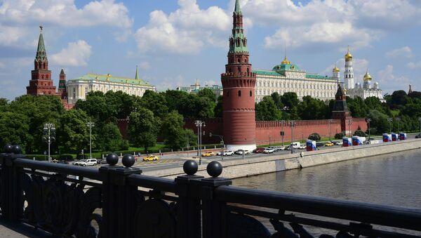 Автомобильное движение на Кремлевской набережной в Москве - Sputnik Аҧсны