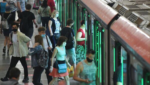 Пассажиры на станции метро Комсомольская в Москве - Sputnik Абхазия