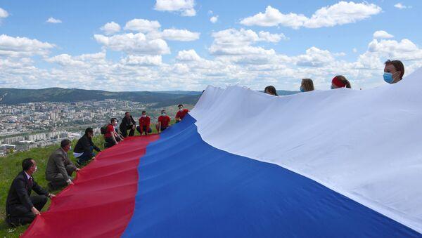 Российский флаг развернули на Титовской сопке в Чите  - Sputnik Абхазия