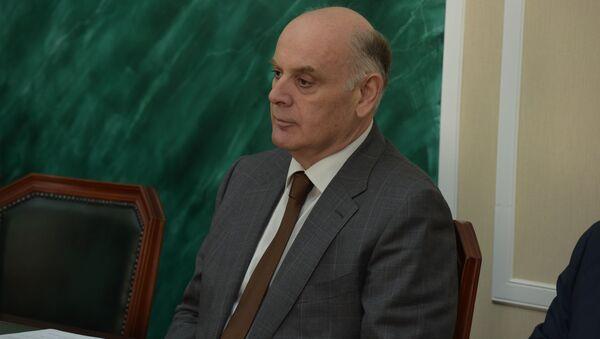 Аслан Бжания встретился с послом России в Абхазии Алексеем Двиняниным  - Sputnik Абхазия