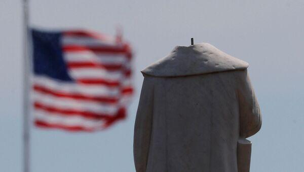 Памятник первооткрывателю Америки Христофору Колумбу в Бостоне, обезглавленный во время протестов - Sputnik Абхазия