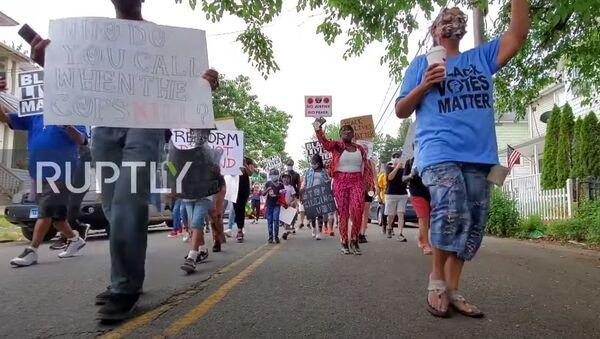 США: сотни людей посещают марш BLM в Бриджпорте на фоне критики Аль-Шарптона - Sputnik Абхазия
