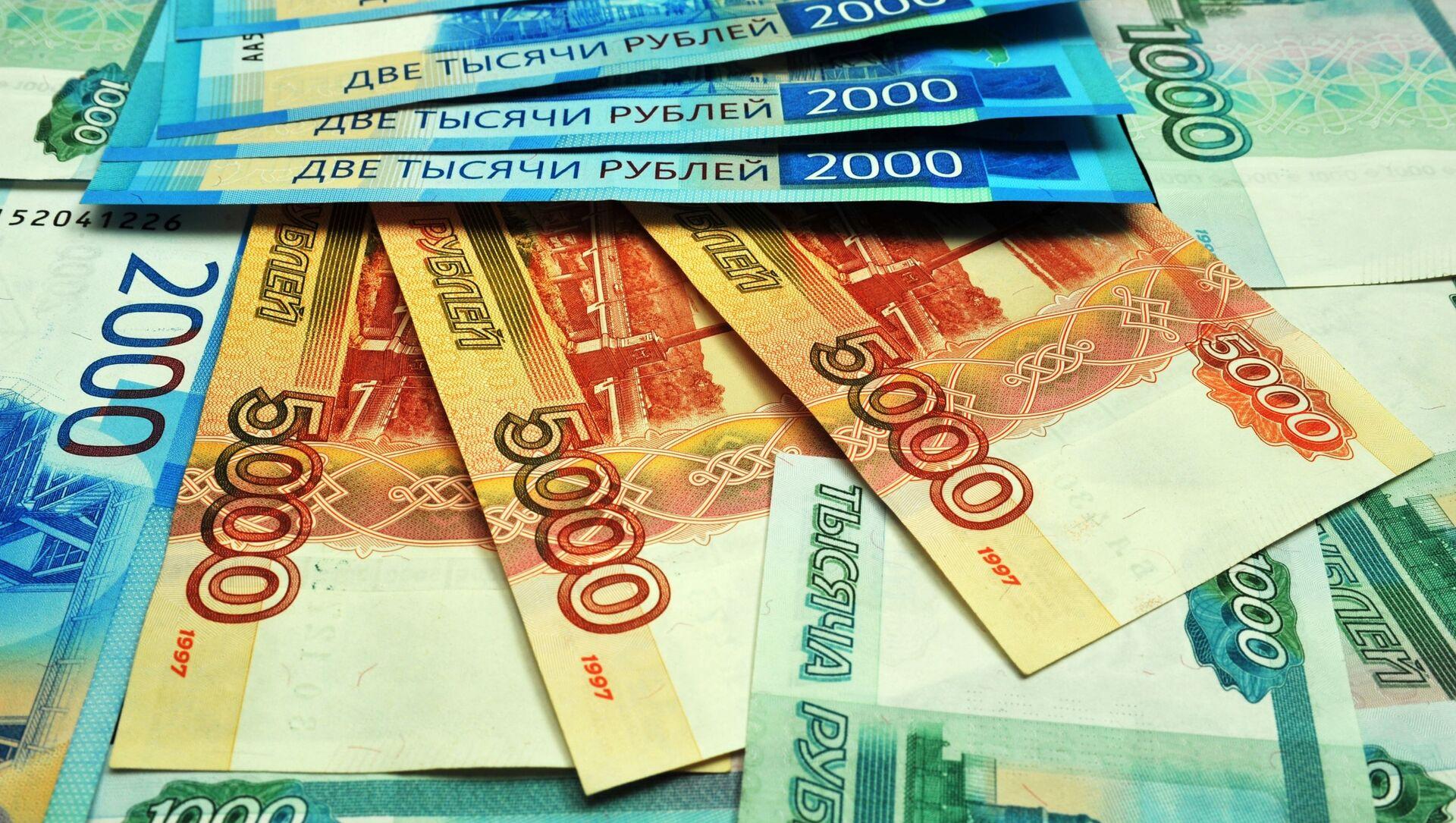 Банкноты номиналом 1000, 2000 и 5000 рублей. - Sputnik Абхазия, 1920, 06.10.2021
