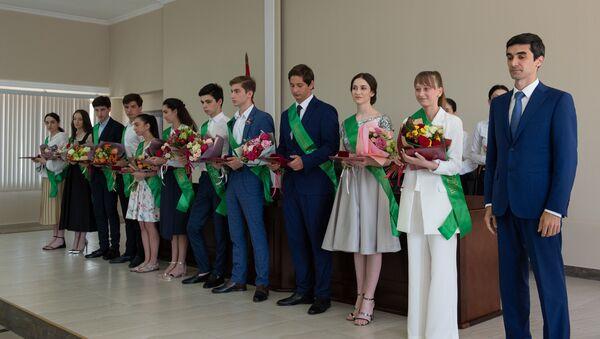 Церемония награждения медалями выпускников средних школ прошла в Министерстве просвещения - Sputnik Аҧсны