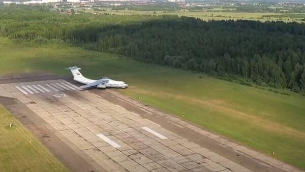 Взлет и посадка на грунт: экипажи Ил-76 показали сложнейший элемент летной подготовки - Sputnik Абхазия