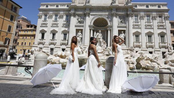 Акция протеста невест у фонтана Треви в Риме против откладывания свадебных церемоний из-за COVID-19 - Sputnik Абхазия