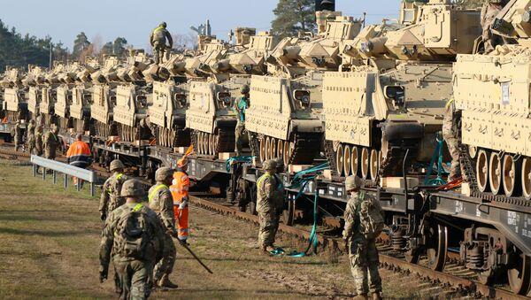 Члены армии США 1-й дивизии 9-го полка 1-го батальона разгружают тяжелую боевую технику - Sputnik Абхазия
